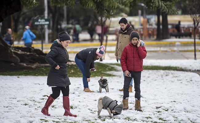 Inusual nevada en Santiago deja un muerto y cortes eléctricos