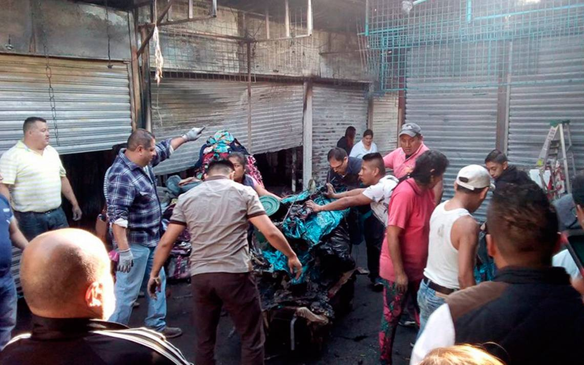 Al menos 50 puestos calcinados tras incendio en mercado de Tacuba