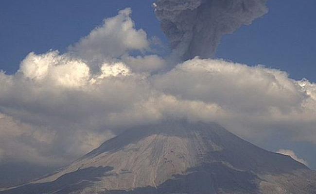 Volcán de Colima emite exhalación de mil 800 metros