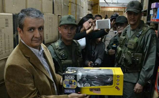 Soldados venezolanos decomisan juguetes para darlos a niños pobres