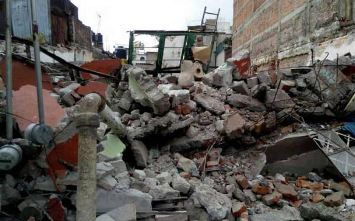 Albañiles quedan bajo los escombros de una barda