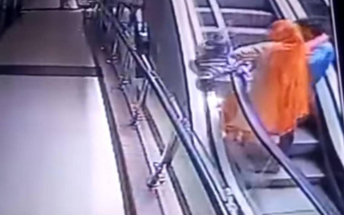 Por una selfie, pareja deja caer a su bebé al vacío desde una escalera eléctrica
