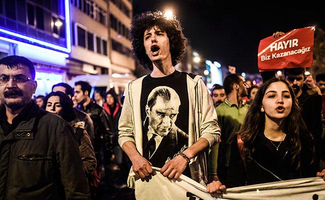 Continúa tensión en Turquía por posible fraude en referéndum