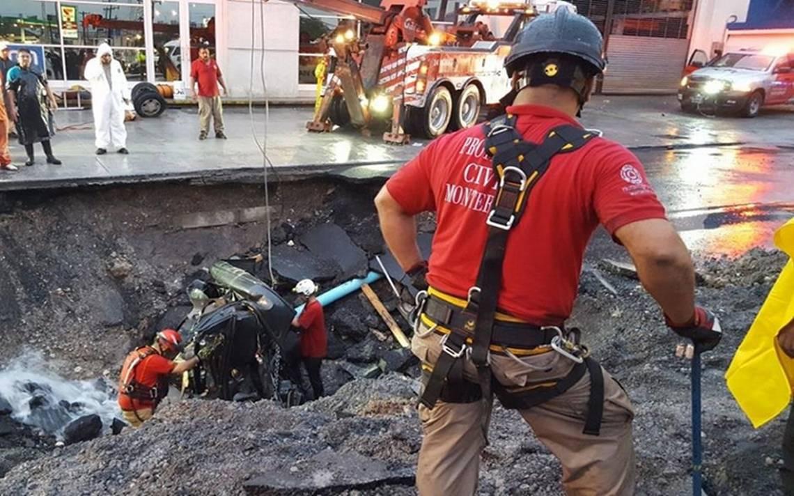 Tras más de 30 horas de búsqueda, hallan cuerpo de mujer que cayó en socavón de Monterrey