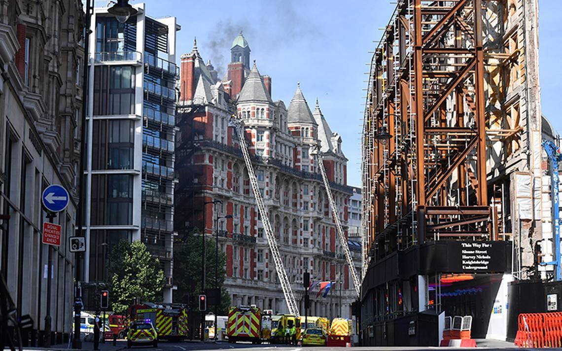 Más de 100 bomberos intentan sofocar incendio en hotel de Londres
