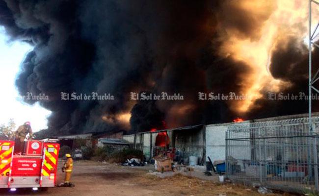 Voraz incendio consume fábrica enSan Jerónimo Caleras