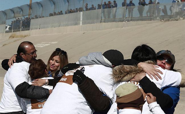 Miles se reúnen al abrirse la frontera México-EU por 5 minutos