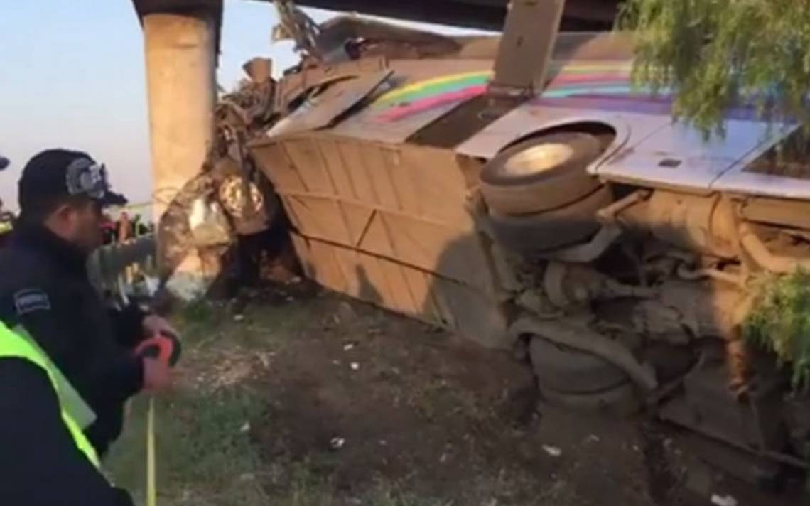 Volcadura de autobús en autopista México-Tuxpan deja tres muertos