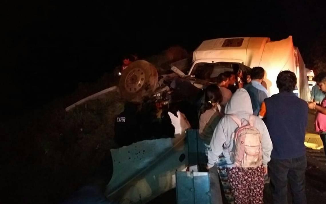 Choque entre autobús turístico y tractocamión deja un muerto en Veracruz