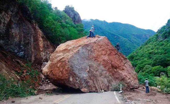 ¡Cae roca gigante en carretera de Chihuahua!