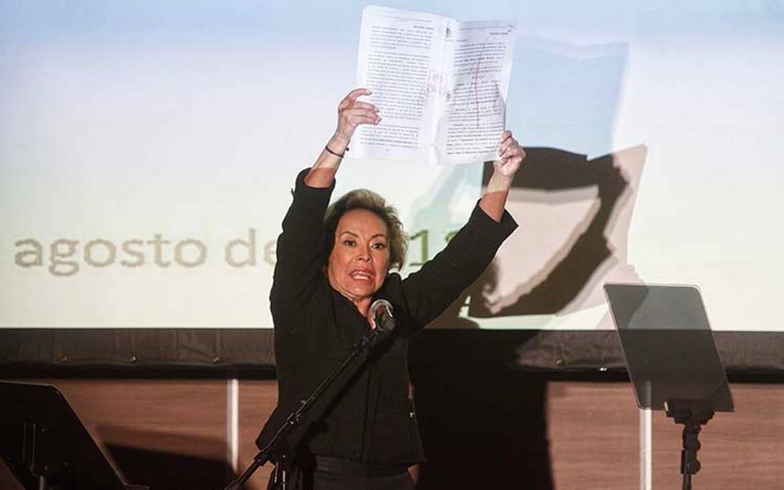 El amor de Elba Esther con su abogado 40 años menor que ella causa polémica