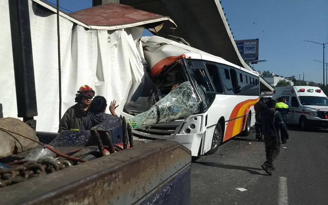 Choque entre autobús y tráiler deja 23 lesionados en la México-Querétaro