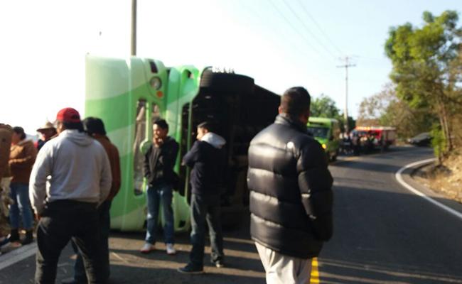 Vuelca autobús rumbo a Chalma; hay 18 lesionados