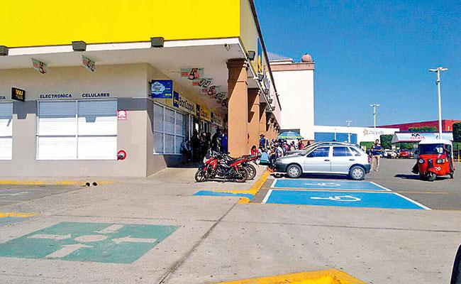Normalistas cierran centros comerciales en Oaxaca