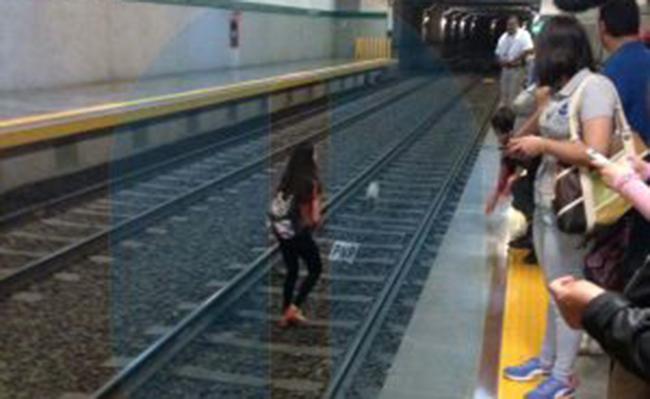 Joven arriesga su vida en las vías del tren por un perrito