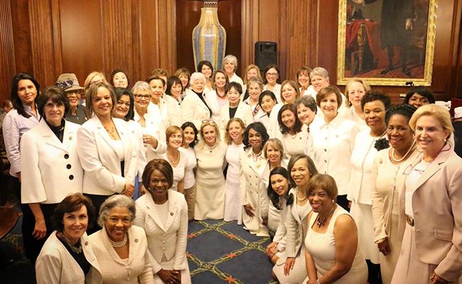 Mujeres demócratas visten de blanco, en apoyo a los derechos de la mujer
