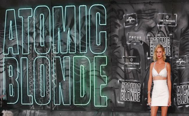 """Charlize Theron desafía las normas de género en """"Atomic Blonde"""""""