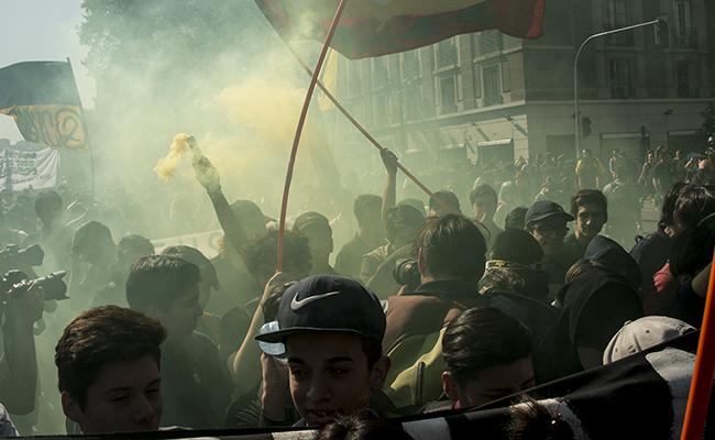 En Chile marchan estudiantes en medio de pugna por ley de gratuidad