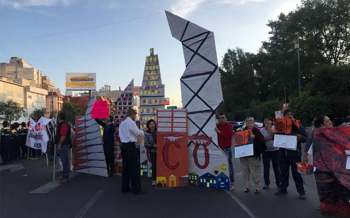 En protesta por construcción de Torre Mítikah, vecinos de Xoco bloquean Av. Universidad