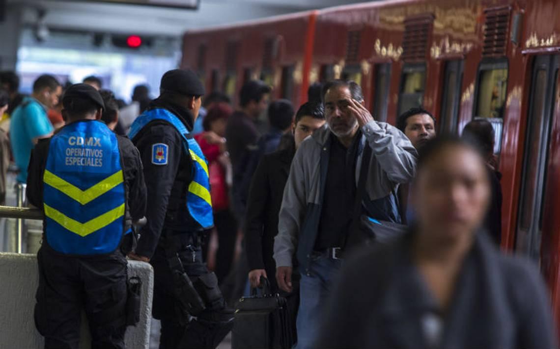 """Ofertan en vagones del metro """"kit"""" de desastres por 50 pesos"""