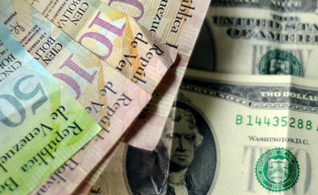 Confirman expertos que mercado negro del dólar continúa imparable en Venezuela