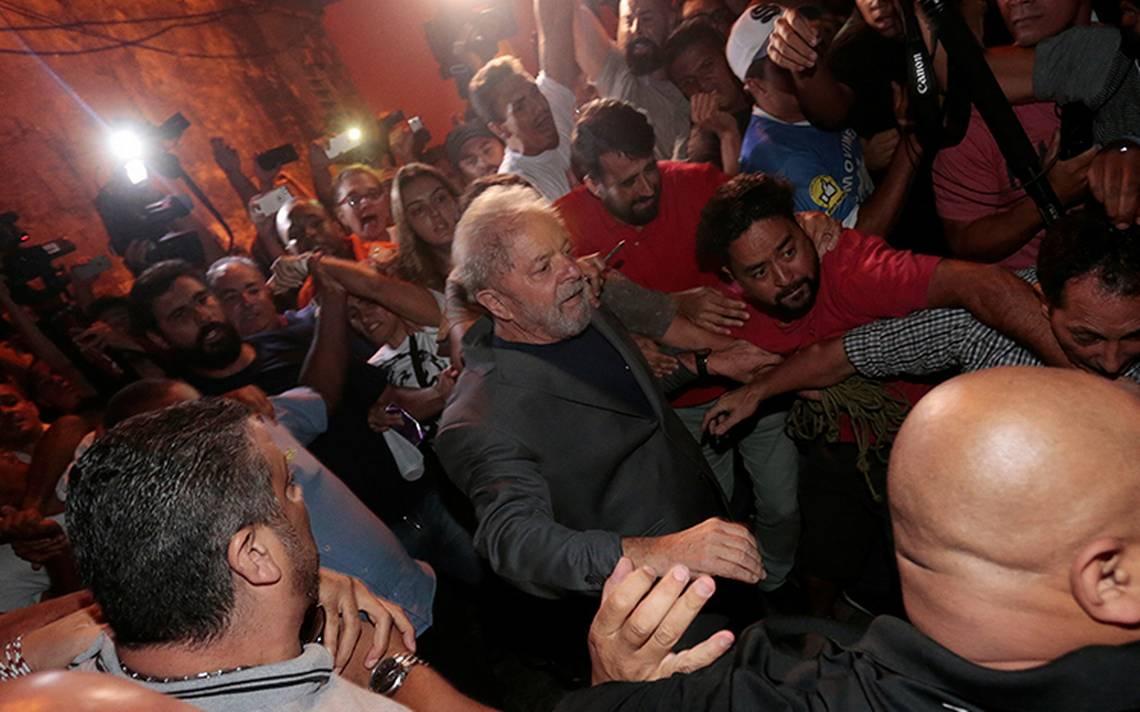 Lula da Silva se entrega a la policía; militantes intentaron impedir el arresto