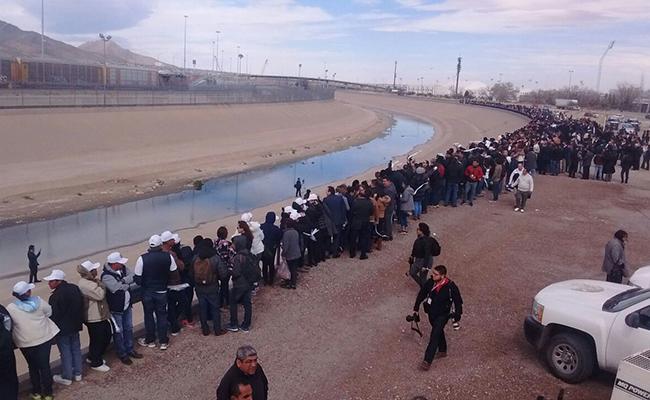 Juárez y Tijuana forman muro humano contra políticas de Trump