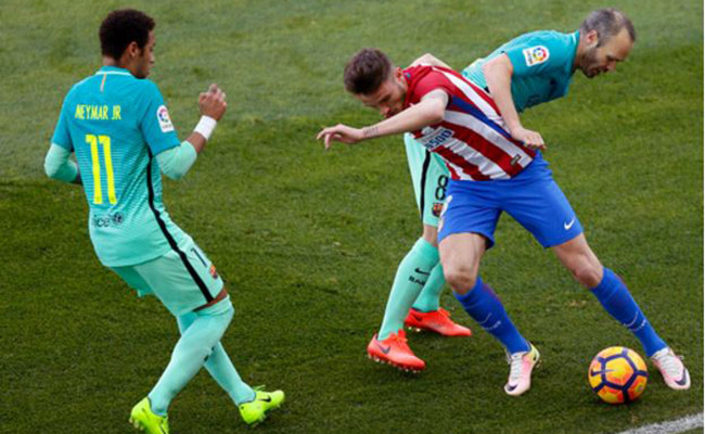 El Barça resiste, golpea e insiste en la Liga al vencer al Atlético