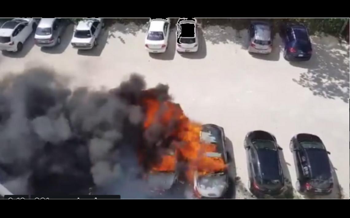 Se incendian tres autos en estacionamiento de empresa turística en Cancún
