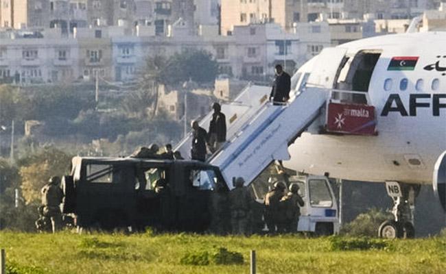 Pasajeros de avión libio secuestrado regresan a Trípoli desde Malta