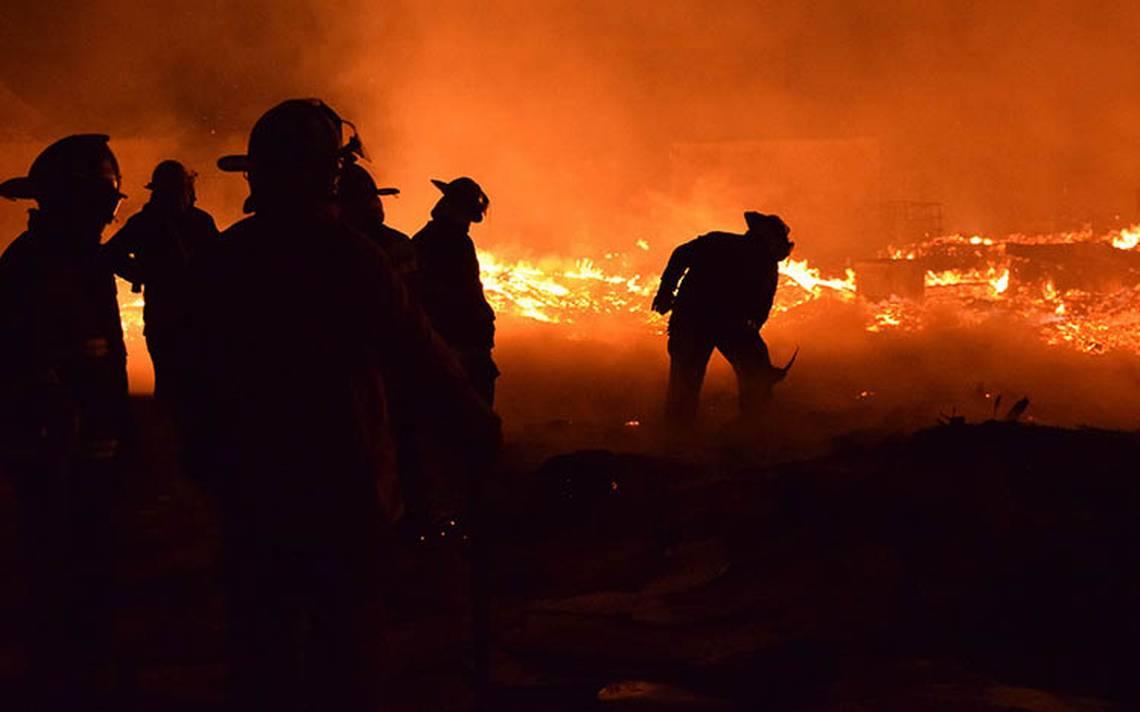 Corto circuito provoca incendio en fábrica de tarimas en Ecatepec