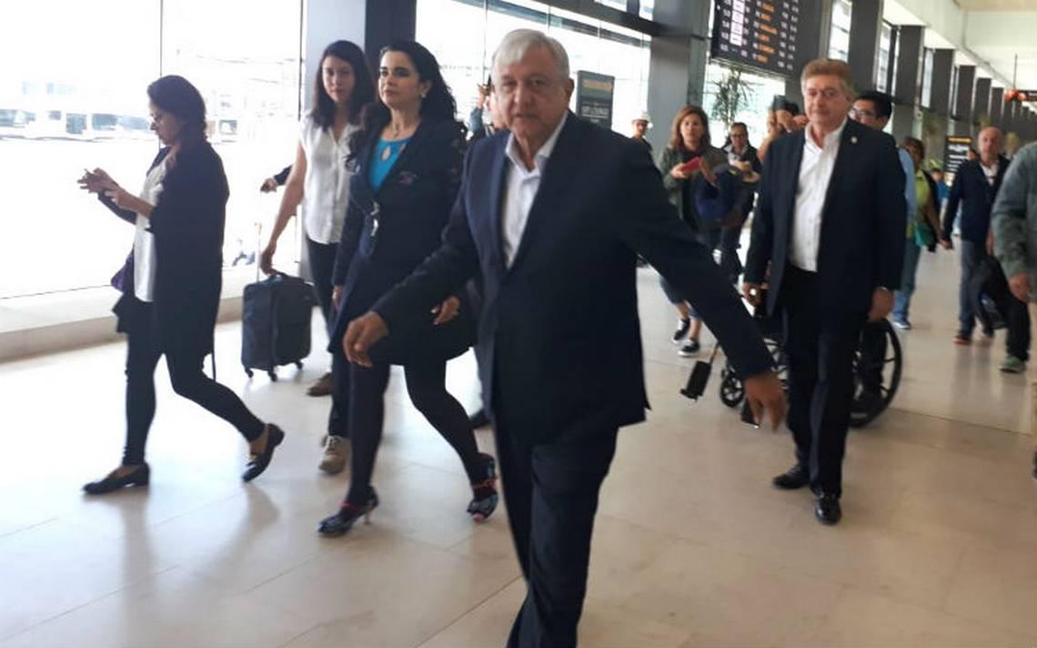 """López Obrador defiende consulta popular por nuevo aeropuerto, """"el pueblo manda"""""""