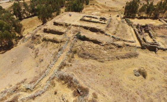 Hallan pirámide escalonada en sitio arqueológico de Perú