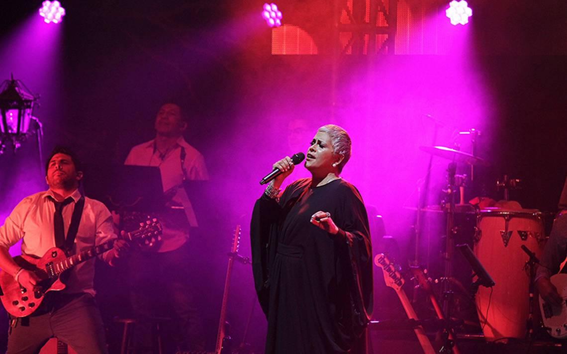 Eugenia León presentó su espectáculo en el Teatro Metropólitan