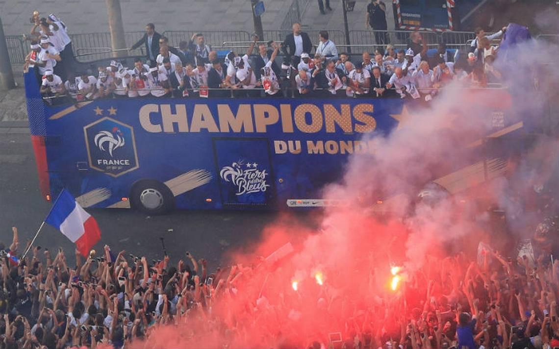 La Copa del Mundo ya está en Francia y cientos de hinchas la reciben en Campos Elíseos