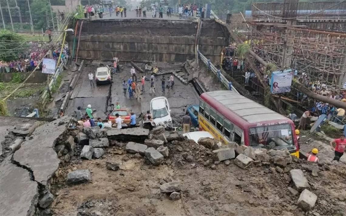 Se derrumba puente en la ciudad india de Calcuta