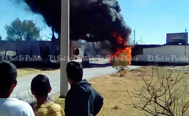 Se incendia camioneta cerca de escuelas en Puebla