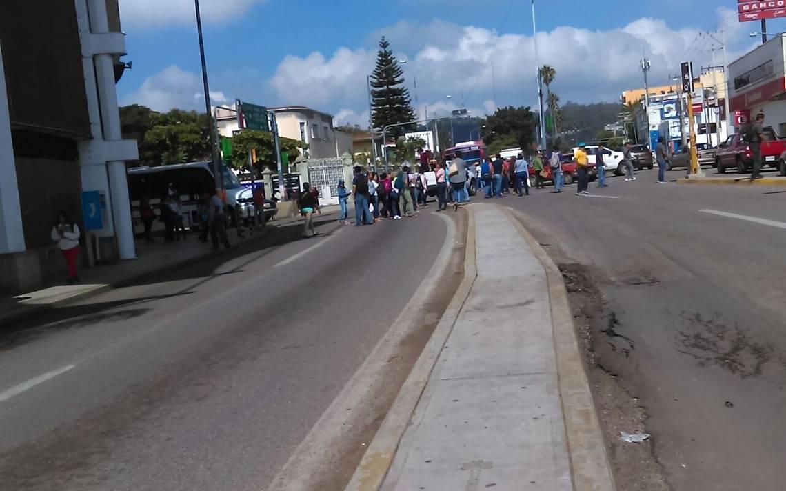 Sección 22 bloquea, otra vez, calles y casetas en Oaxaca