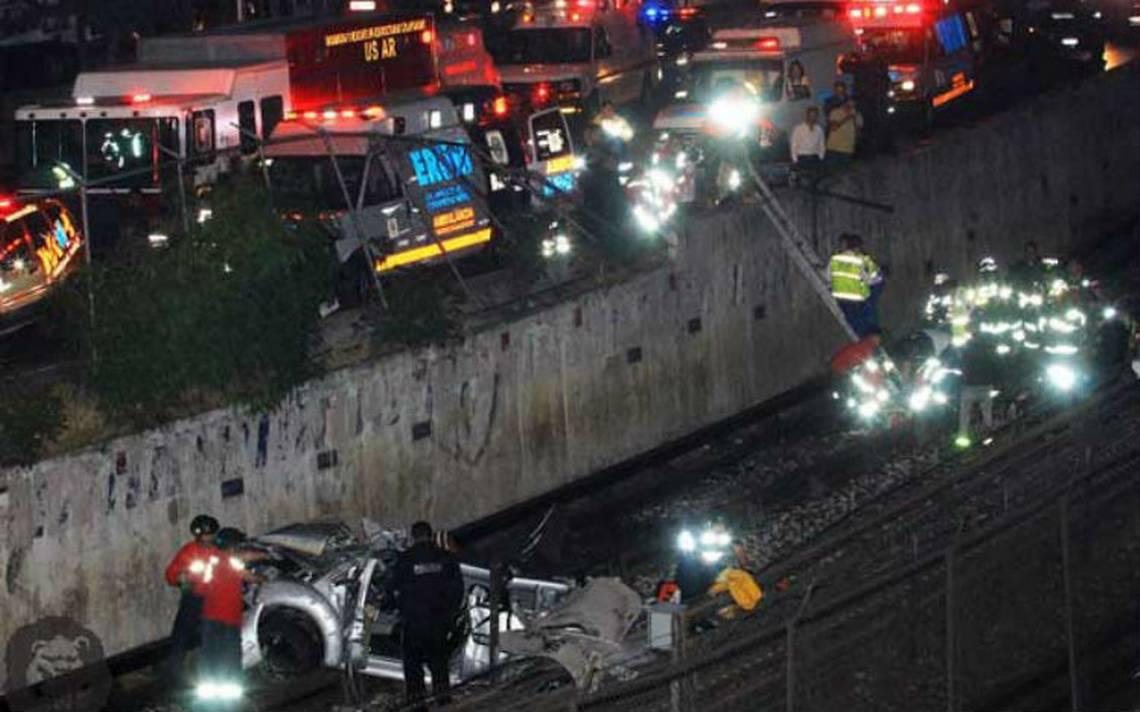 Choca y termina volcado en las vías del Metro; hay tres heridos