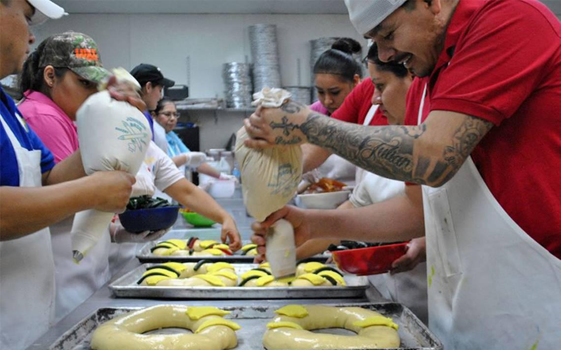 Amor puro y sincero de un panadero; migrantes hornean para víctimas de Harvey