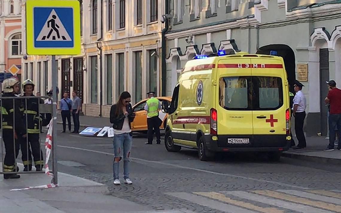 Taxi atropella a multitud en Moscú; hay dos mexicanas entre los heridos