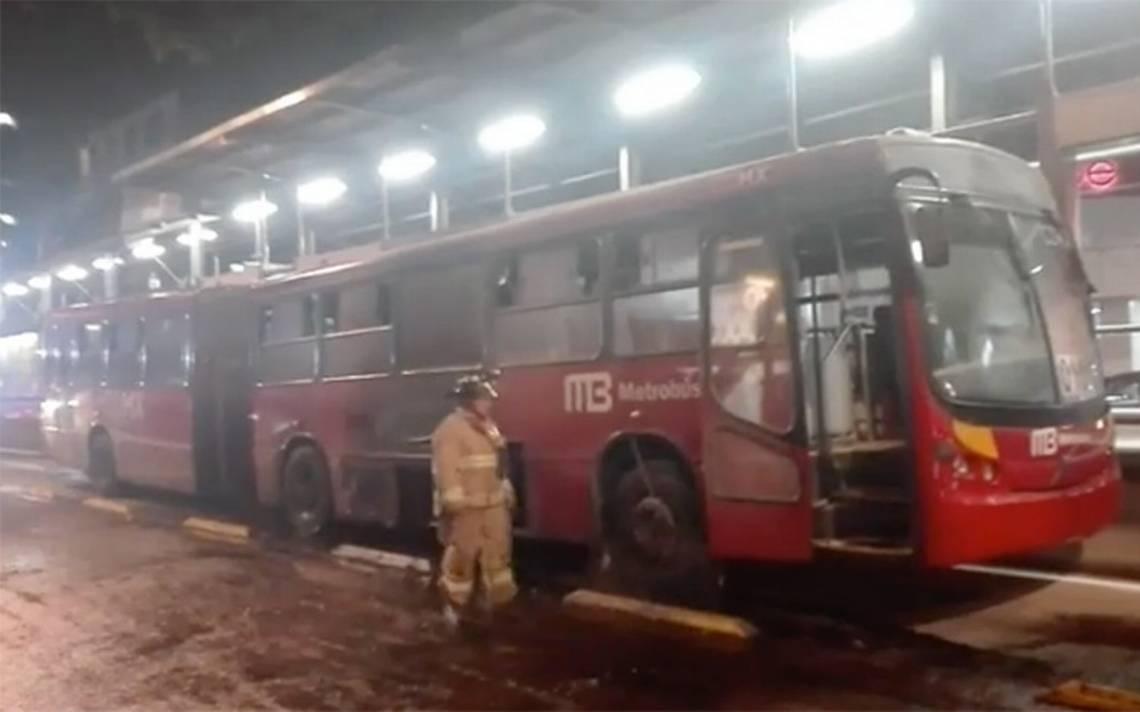 Se registra incendio en la estación del Metrobús Durango