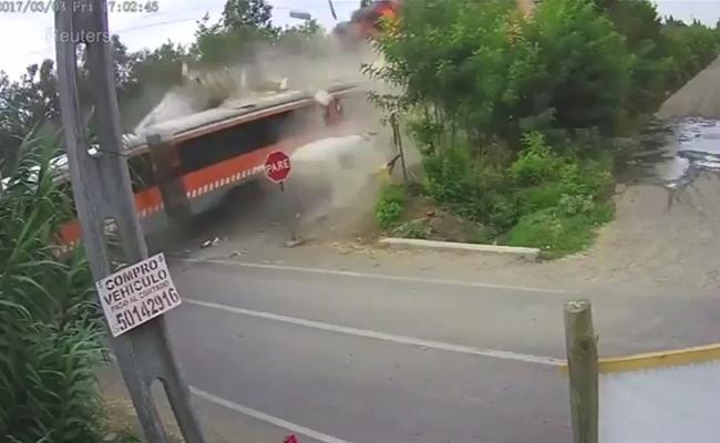 Revelan video de accidente de tren con camión en Chile