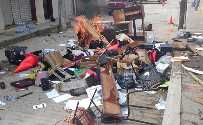 Habitantes del municipio de Tecpatán queman alcaldía
