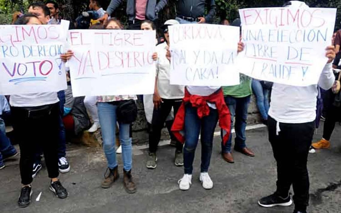 Protestan frente al INE tras agotarse boletas en casillas especiales