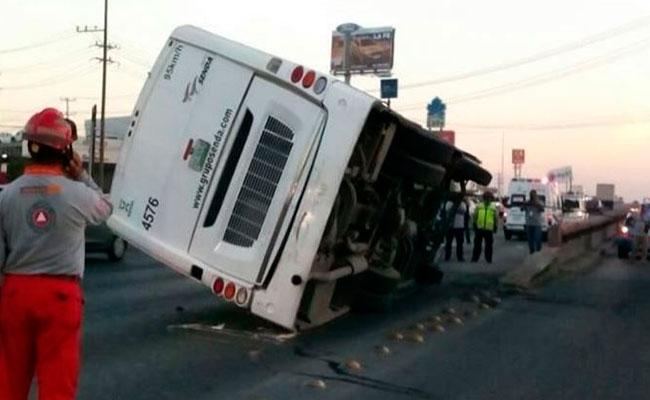 Quince trabajadores heridos deja volcadura de camión