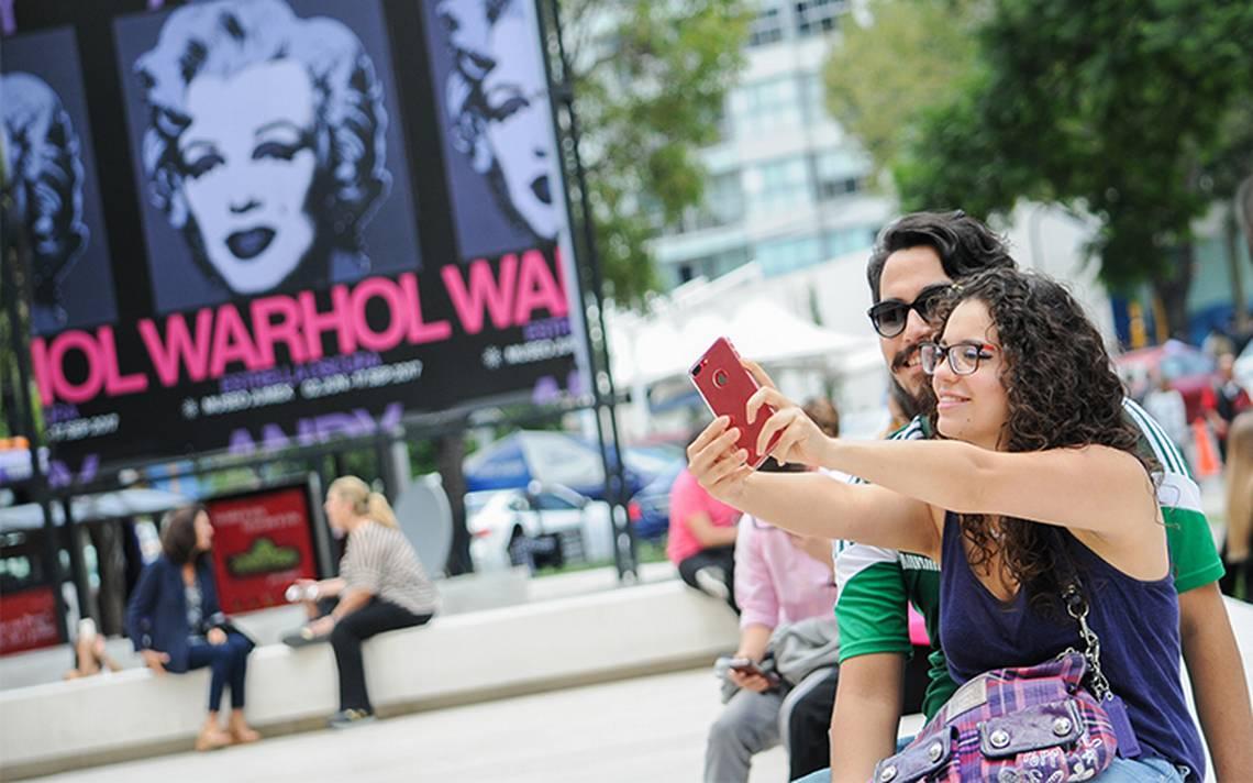 Mexicanos buscan a su media naranja por las apps de citas
