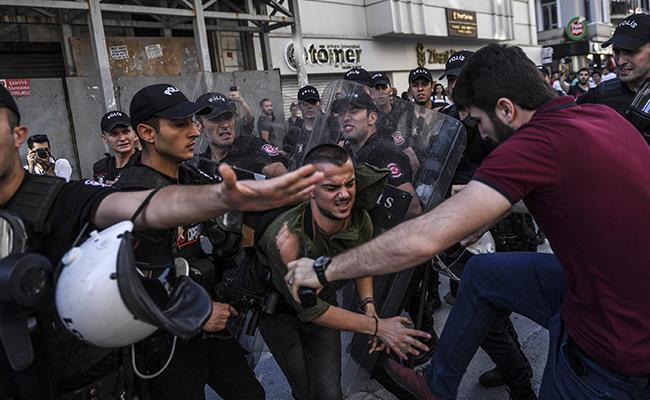 Policías dispersan marcha gay con balas de goma en Estambul