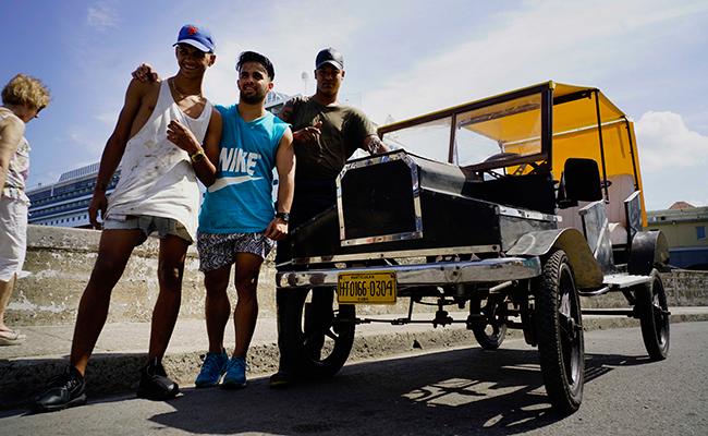 Cubanos construyen un flamante Ford de pedales