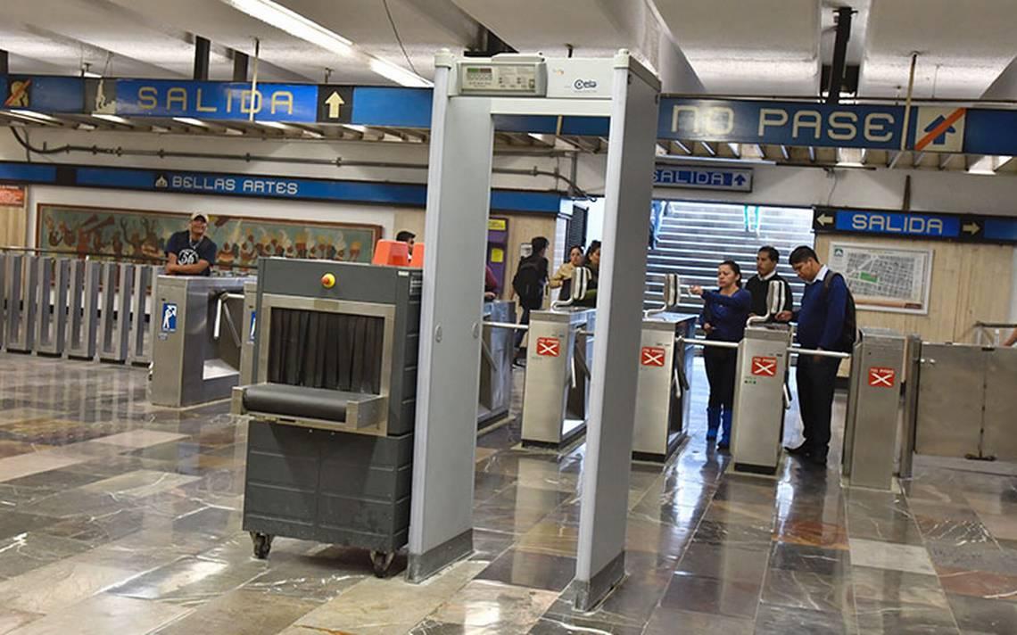 Por detectores de metal inutilizados armas viajan en el Metro